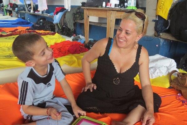 Brian Kamil y su madre Lay García esperan con ansias continuar su viaje hacia EE. UU. Ellos forman parte de los más de 8.000 cubanos varados en Costa Rica ante el cierre de frontera en Nicaragua. | CARLOS HERNÁNDEZ