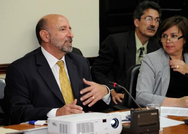 El ministro de Hacienda, Édgar Ayales, en la Comisión de Asuntos Hacendarios. A su lado, la diputada del PAC Jeanette Ruiz. | ALBERT MARÍN/ARCHIVO