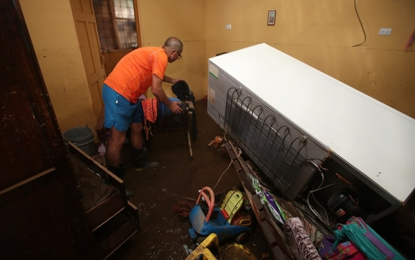 Carlos Valverde contó que muchas cosas quedaron flotando dentro de la casa luego de la inundación.