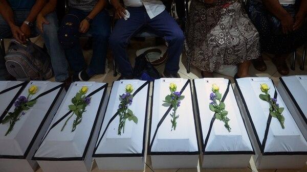 Féretros con restos de 11 víctimas de la matanza de El Mozote, uno de los hechos más sangrientos e impactantes de la guerra civil salvadoreña. | FOTO: AFP