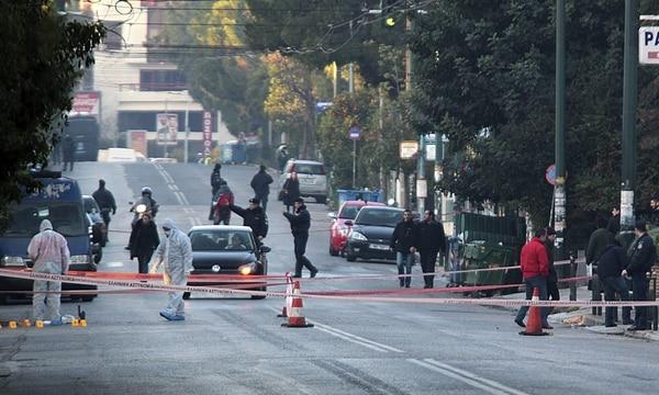 Miembros de la brigada antiterrorista inspeccionan los alrededores de la residencia del embajador alemán en Grecia en Atenas este lunes donde varios desconocidos efectuaron numerosos disparos.