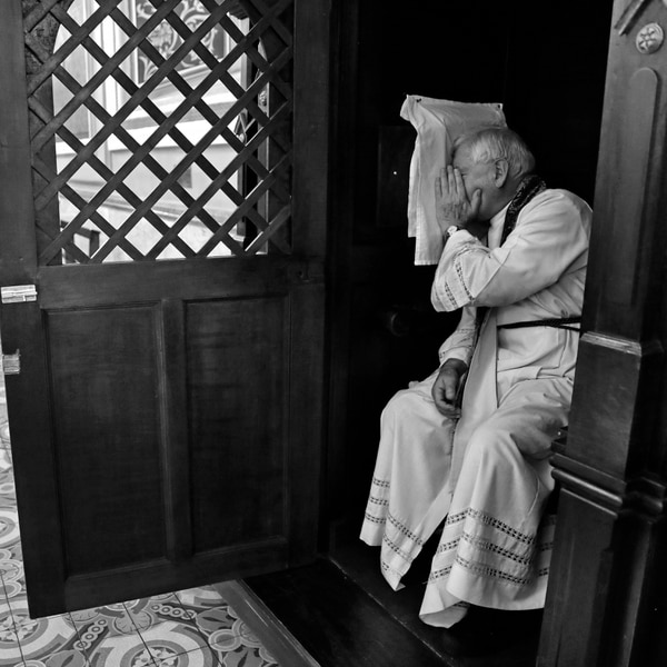 27 de marzo del 2015. Catedral Metropolitana. Sacerdotes reciben fieles en jornada de confesiones en la Catedral. Mas de 20 curas atienden cada hora a los fieles que desean ese sacramento. En la foto: el sacerdote Francisco Mata escucha la confesión de un fiel católico durante la mañana de confesiones en la catedral. Albert Marín.