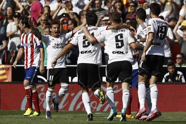 Los jugadores del Valencia celebran una de las tres anotaciones ante el Atlético de Madrid