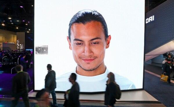 Una pantalla de video KIA gigante anuncia reconocimiento facial en vehículos prototipo mientras los clientes pasan por el CES International el miércoles 9 de enero de 2019, en Las Vegas. (AP Photo/Ross D. Franklin)