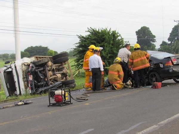 Por la fuerza de la colisión, el camión de carga liviana quedó volcado y se fue contra un poste a la orilla de la calzada.