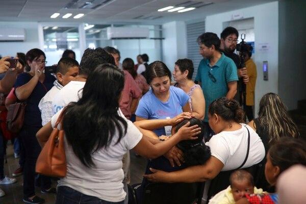Varias personas consolaban a un familiar de una de las víctimas fatales del incendio en un bar en la ciudad mexicana de Coatzacoalcos, Veracruz, este miércoles 28 de agosto del 2019.