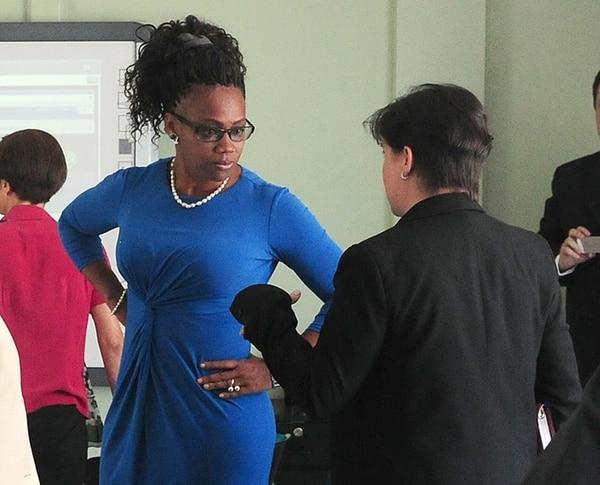 La diputada del PAC, Epsy Campbell (azul) prefirió no dar declaraciones sobre las amenazas y ataques racistas que ha recibido. La legisladora conversó ayer con la defensora de los Habitantes, Montserrat Solano en una cita para abordar el tema a nivel nacional. | JOHN DURAN