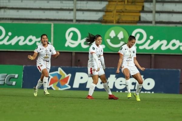 Paula Coto (der.) celebró a lo grande su gol ante Saprissa. Foto: José Cordero