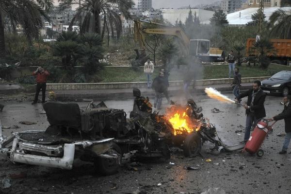 Varios ciudadanos libaneses intentan controlar el fuego tras una explosión en Chueifat, al sur de Beirut.