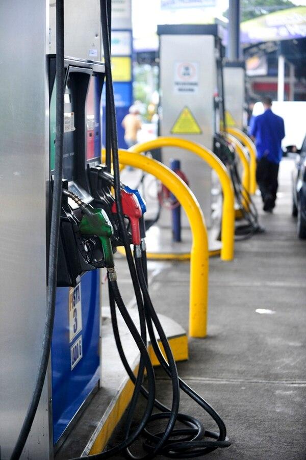 En marzo, el precio por litro de gasolina regular pasará de ¢539 a ¢424. Podría bajar más si sigue la caída de su valor internacional.   JOSÉ CORDERO.