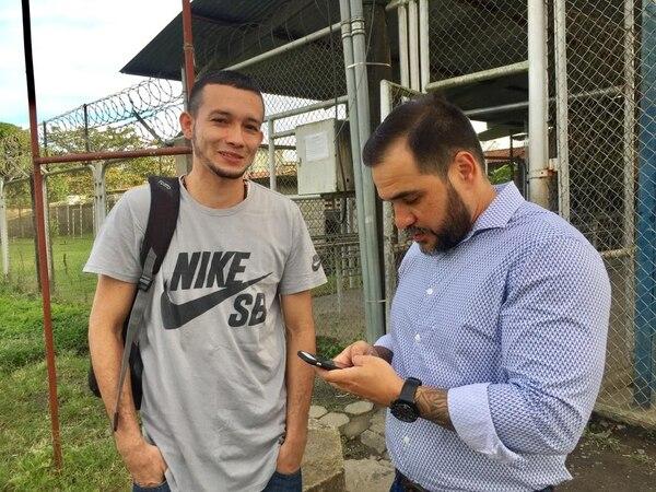 Carlos Andrés Pérez al dejar la cárcel de Limón j unto a su abogado Henry Loaiza. Fotografía: Raúl Cascante