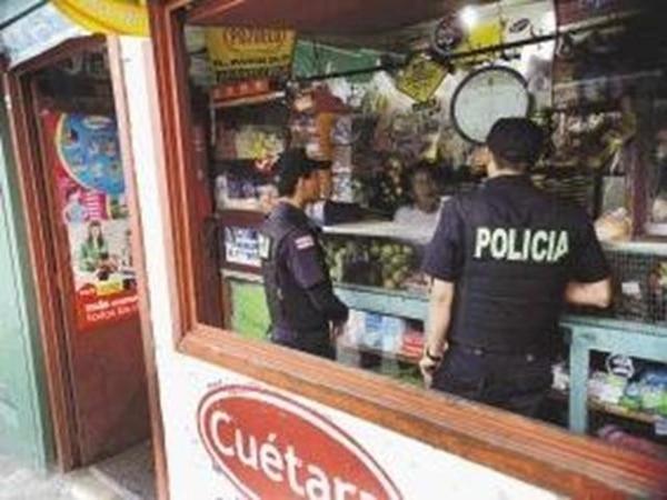 Los policías Kenneth Nájera (izq.) y José Ortiz hablaron ayer en la tarde con Zoila Rosa Naranjo, del abastecedor Mercadito, en San Rafael de Tibás, para conocer sobre incidentes ocurridos en el lugar. | MAYELA LÓPEZ.