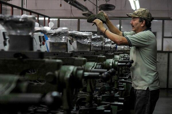 La máquina con la que se fabrican los zapatos 'Figueres' es de origen italiano.   PABLO MONTIEL