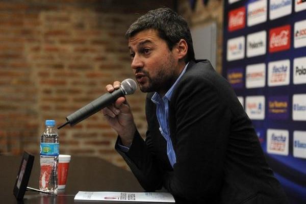 Matías Lammens, presidente de San Lorenzo, está custodiado por la policía ante amenazas de hinchas de su propio equipo.
