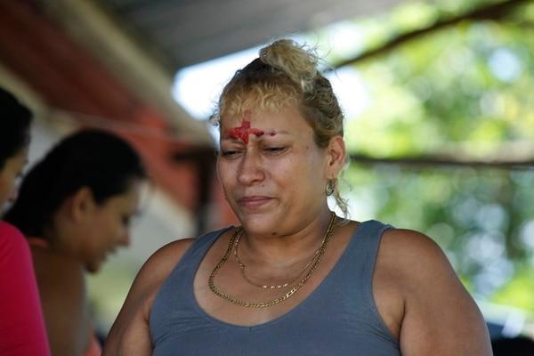 Mariela Obando, madre de dos de los fallecidos, hizo una cruz en su frente con la sangre derramada de sus hijos. | WILBERTH HERNÁNDEZ V.