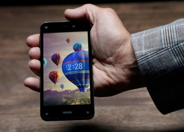 El Fire Phone se presentó ayer en Seattle (Washington). Amazon anunció también que ofrece desde ayer a desarrolladores de software la posibilidad de crear efectos en 3D para juegos y aplicaciones futuras. | AP.