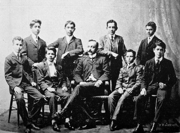 Adolfo Boletti Fait y un grupo de estudiantes del Liceo de Costa Rica, en 1908. Fotografía de autor no determinado. Cortesía de Andrés Fernández.