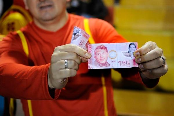 Estos fueron los billetes que le tiraron a Francisco Calvo.