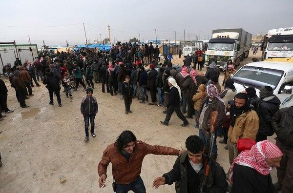 Sirios esperaban el sábado frente al puesto fronterizo turco de Bab al-Salama, que está cerrado. | AP