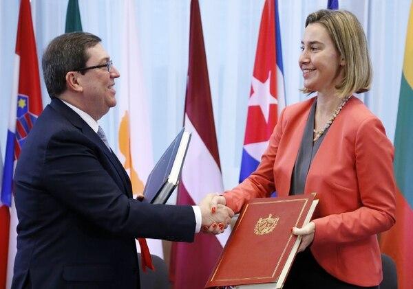 El ministro de Relaciones Exteriores de Cuba, Bruno Rodríguez Parrilla, estrecha la mano con la jefe de política exterior y de seguridad de la UE, Federica Mogherini, tras firmar un acuerdo de diálogo político y cooperación entre la UE y Cuba el 12 de diciembre de 2016.