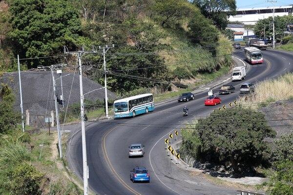 Entre Tibás y Santo Domingo se requiere terminar obras de alcantarillado para poder completar el carril exclusivo que inició como piloto en el cantón josefino./ Fotografía: John Durán