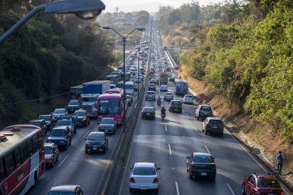 Vista el 13 de marzo del 2018 de vehículos sobre la Autopista General Cañas a la altura del puente Alfredo González Flores. Este martes, los conductores tendrán un incremento en el precio de los combustibles. Fotografía José Cordero