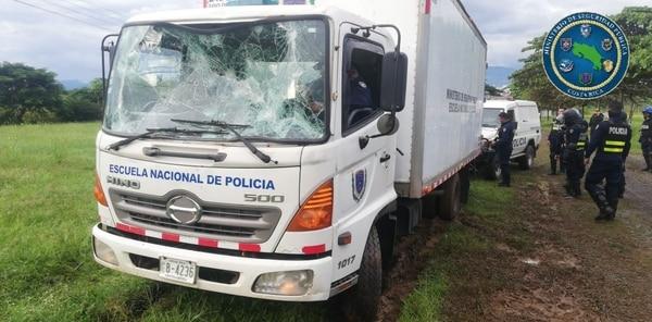 El vehículo de la Academia Nacional de Policía resultó dañado por parte de manifestantes que mantenían un bloqueo en Paquita de Quepos. Fotografía: Fuerza Pública para LN