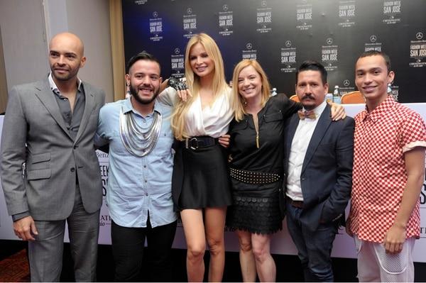 A Leonora Jiménez (centro) la acompañaron los diseñadores costarricenses Fabrizzio Berrocal, Diego Álvarez, Ana Gutiérrez, Álvaro Núñez y Daniel Moreira en la presentación del Fashion Week San José . | PABLO MONTIEL.