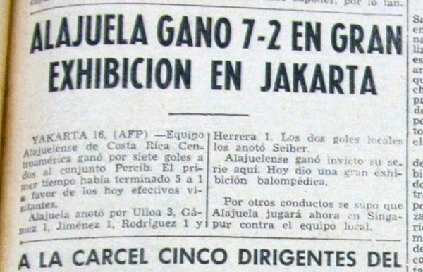 La Nación (17 de noviembre de 1960). Con un cable de la agencia AFP, este medio informó la paliza de la Liga por 7-2 ante Persib de Bandung, en Jakarta.