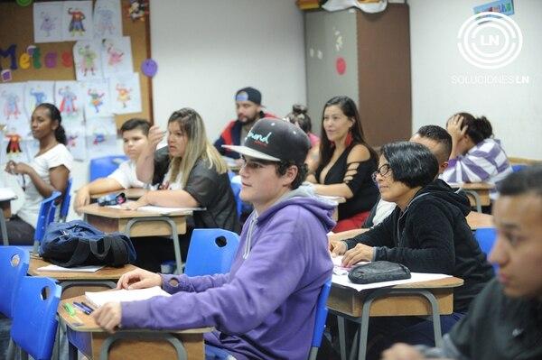 Según el Departamento de Educación de Personas Jóvenes y Adultas, este año 60.000 personas se matricularon en los diferentes sistemas que el MEP ofrece para terminar los estudios. Foto: Jorge Castillo