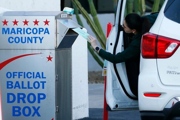 Un votante depositó su papeleta durante las elecciones primarias demócratas, el martes 17 de marzo del 2020 en Phoenix, Arizona.