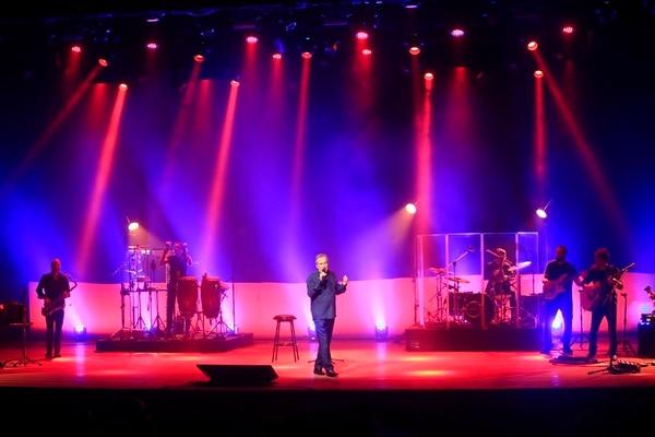 El cantante español hizo un repaso por sus éxitos en la noche de San Valentín.