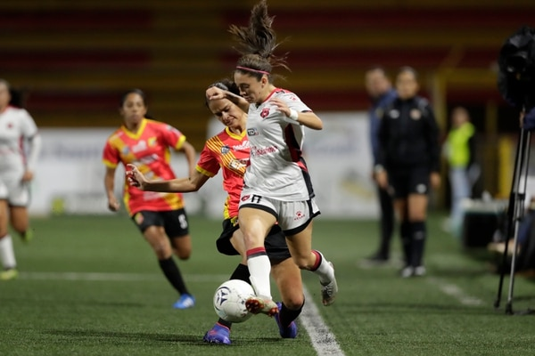 Priscilla Chinchilla es la goleadora del campeonato nacional. Fotografía: José Cordero
