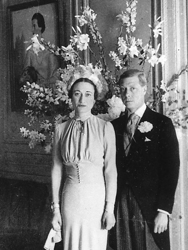 El rey Eduardo VIII y Wallis Simpson se casaron el 3 de junio de 1937 en Francia. El tío de la reina Isabel II decidió renunciar a su cargo para poder vivir junto a la estadounidense que era rechazada por tener a cuestas dos divorcios. Fotografía: AP