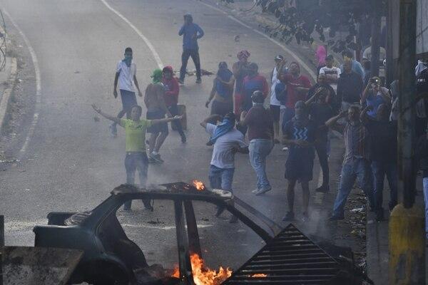 Cuatro muertes en disturbios antes de que las marchas empezaran en Venezuela, el 21 de enero del 2019, en Caracas. Foto: AFP