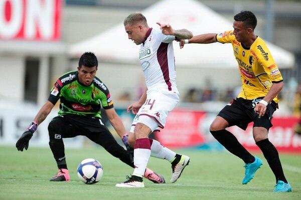 David Ramírez tuvo esta opción de gol en el primer tiempo, pero el portero Guillermo Moreira detuvo su remate. | JOHN DURÁN