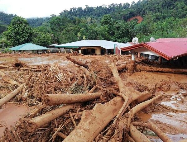 La CNE envió personal a evaluar los cerros por donde palos, barro y lodo bajaron hasta el pueblo dañando casas, caminos y otras edificaciones. Foto: Cortesía Colosal informa.