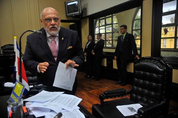 Carlos Avendaño, de Restauración Nacional, advirtió de que si los diputados pasan por alto procesos legislativos para aprobar la FIV, llevará el reclamo ante la Sala IV por vicios de procedimiento en la iniciativa.   MAYELA LÓPEZ.