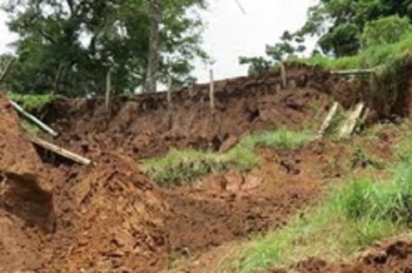 Daños causados por los deslizamientos causados por las lluvias, en el sector conocido como Ron Ron.
