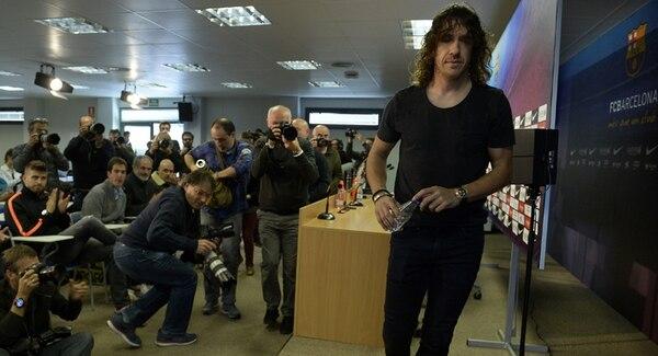 Carles Puyol anunció ayer su decisión en conferencia de prensa.   AFP
