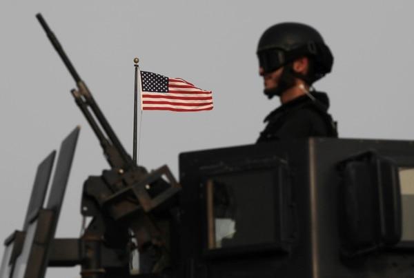 Un soldado de Baréin vigilaba ayer las afueras de la Embajada estadounidense en ese país. | AP.