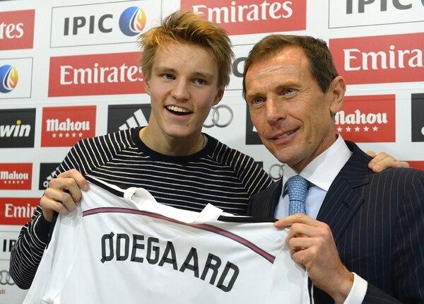 Odegaard posó junto con Emilio Butragueño luego de su presentación ayer con el Real Madrid. Inicialmente jugará en la tercera división. | EFE
