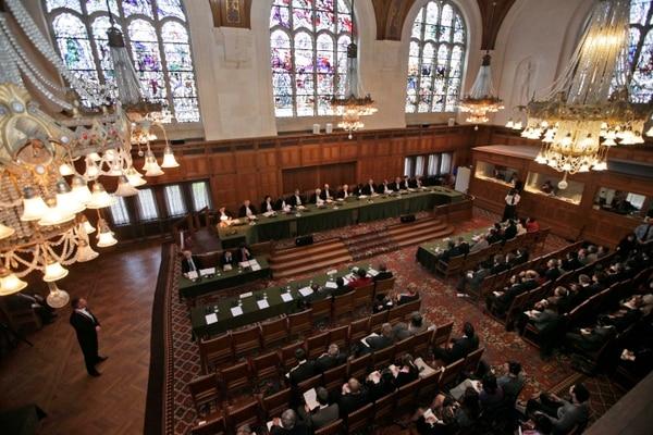 Vista de la Corte Internacional de Justicia con los jueces al fondo. La delegación de Nicaragua a la izquierdo adelante y Costa Ricaa la derecha.