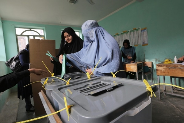 Una mujer afgana emitió su voto ayer, en un colegio electoral en Herat, durante las elecciones presidenciales. | EFE.