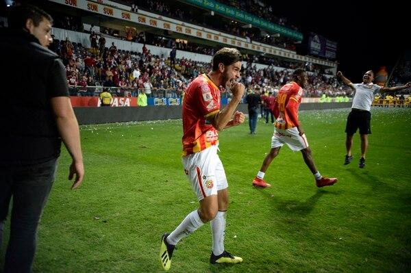 Yendrick Ruiz celebra el campeonato que obtuvo el Herediano en diciembre ante Saprissa. Fotos de Diana Méndez