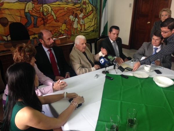 El presidente del PLN, Bernal Jiménez (traje café), dijo este miércoles durante un encuentro con el directorio político que la agrupación logrará tener presencia en todos los centros de votación del país.