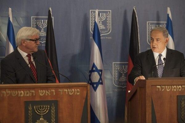 El primer ministro israelí, Benjamin Netanyahu (der.), ofrece una rueda de prensa junto al ministro de Asuntos Exteriores alemán, Frank-Walter Steinmeier (izq), quien a israelíes y palestinos a poner fin a la violencia en ambas.