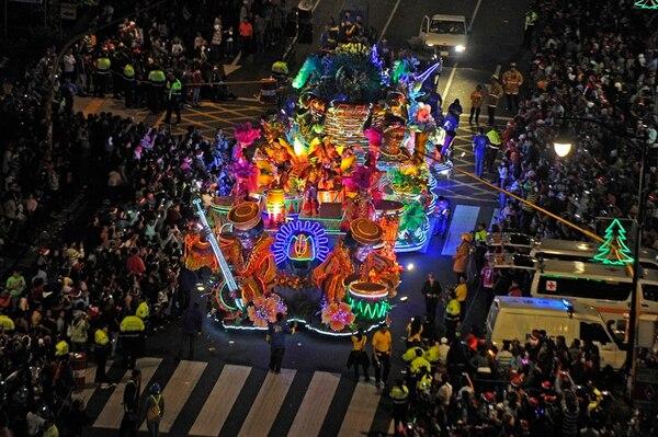 Con un tema de carnaval, la carroza de la Municipalidad brilló en el 2013. | MAYELA LÓPEZ/ARCHIVO.