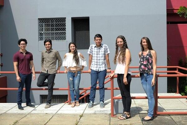 Solo seis estudiantes de los ocho con nota 900 asistieron al homenaje. De izquierda a derecha: Luis Castillo, Alejandro Flores, Karol Quesada, Jerson Castro, Jaqueline Rojas y Natalia Murillo. | JOSÉ DÍAZ