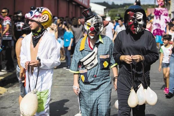Los asistentes alquilan máscaras a los artesanos locales, aunque otros ya tienen las propias.